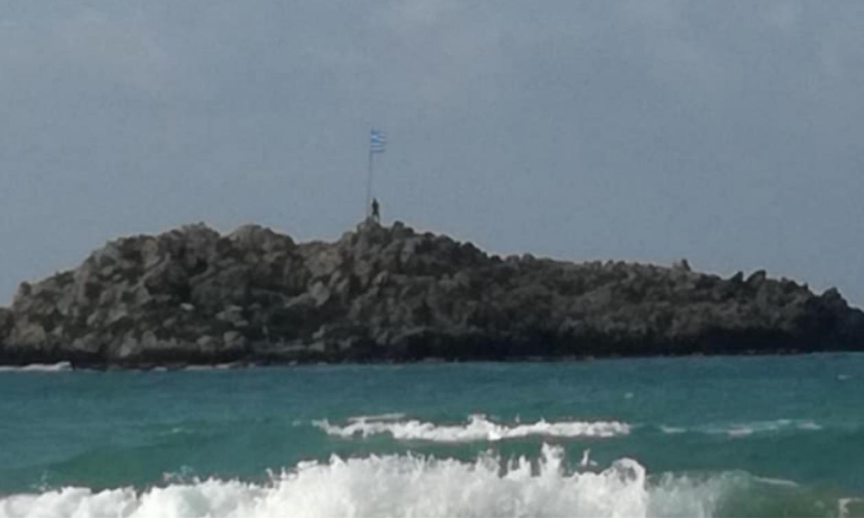 Κρήτη: Κολύμπησε μέχρι το απέναντι νησί για να αντικαταστήσει την σημαία