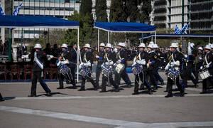 25η Μαρτίου: Με το «Μακεδονία ξακουστή» στο Σύνταγμα η μπάντα του Πολεμικού Ναυτικού (vid)