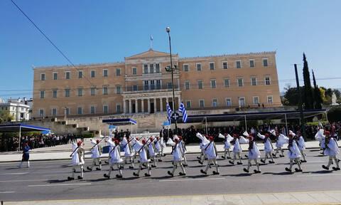 25η Μαρτίου - Παρέλαση: «Σείστηκε» η Αθήνα με τους Εύζωνες (vid)