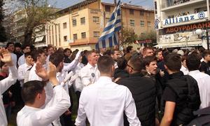 25η Μαρτίου: Φυγάδευσαν βουλευτή του ΣΥΡΙΖΑ μετά την παρέλαση στην Κατερίνη (vid)