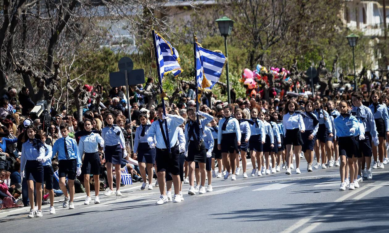 Παρέλαση 25η Μαρτίου: Αυτός είναι ο μικρός «μουστακαλής» που έκλεψε την παράσταση