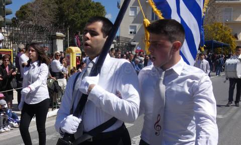 25η Μαρτίου - Παρέλαση στα Χανιά: Το πιο θερμό χειροκρότημα για τον τυφλό σημαιοφόρο (pic)