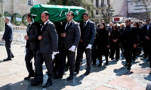 «Το ύστατο χαίρε» στον Θανάση Γιαννακόπουλο: Πλήθος κόσμου στη Μητρόπολη Αθηνών για τον «τυφώνα»