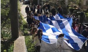 Ρίγη συγκίνησης στην Ασή Γωνιά: Παιδιά παρέλασαν κρατώντας μια τεράστια ελληνική σημαία