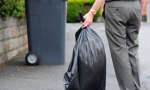 Λαμία: Βγήκε για μια βόλτα και «πάγωσε» με αυτό που βρήκε σε πεταμένες σακούλες (pics)