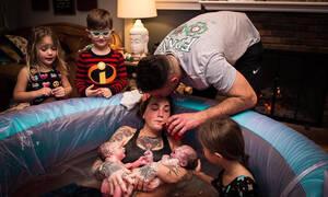 Παιδιά βοηθούν τη μητέρα τους να γεννήσει - Απίστευτες εικόνες (pics)