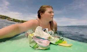 Σέρφερ βγαίνει στα ανοιχτά για να καθαρίσει η θάλασσα!