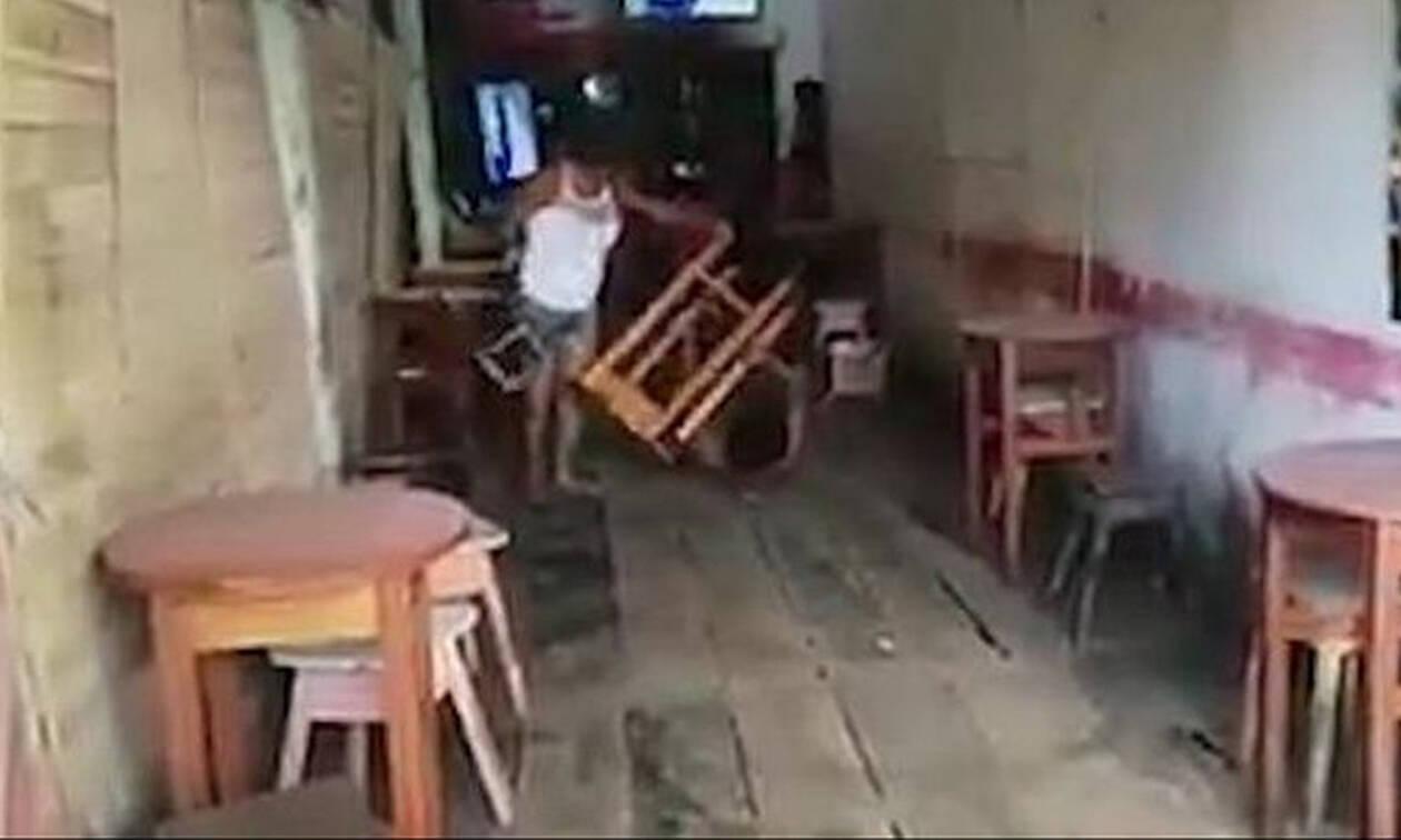 Video: Είδε τον άντρα της να πίνει με 3 γυναίκες σε μπαρ - Τον... σακάτεψε με σκαμπό!