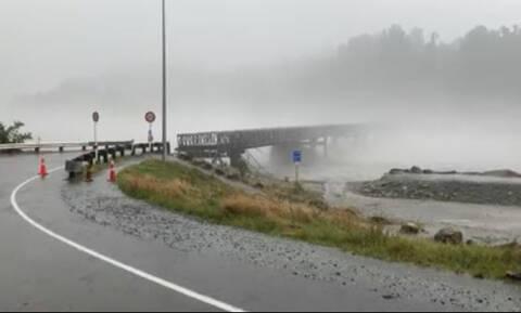 Τρομακτικές εικόνες στη Νέα Ζηλανδία: Γέφυρα κόβεται στα δύο από τα ορμητικά νερά (vid)