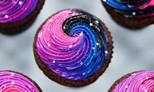 Πώς θα φτιάξεις εκπληκτικά «γαλαξιακά» cupcakes όταν έρχονται οι φίλες σου στο σπίτι