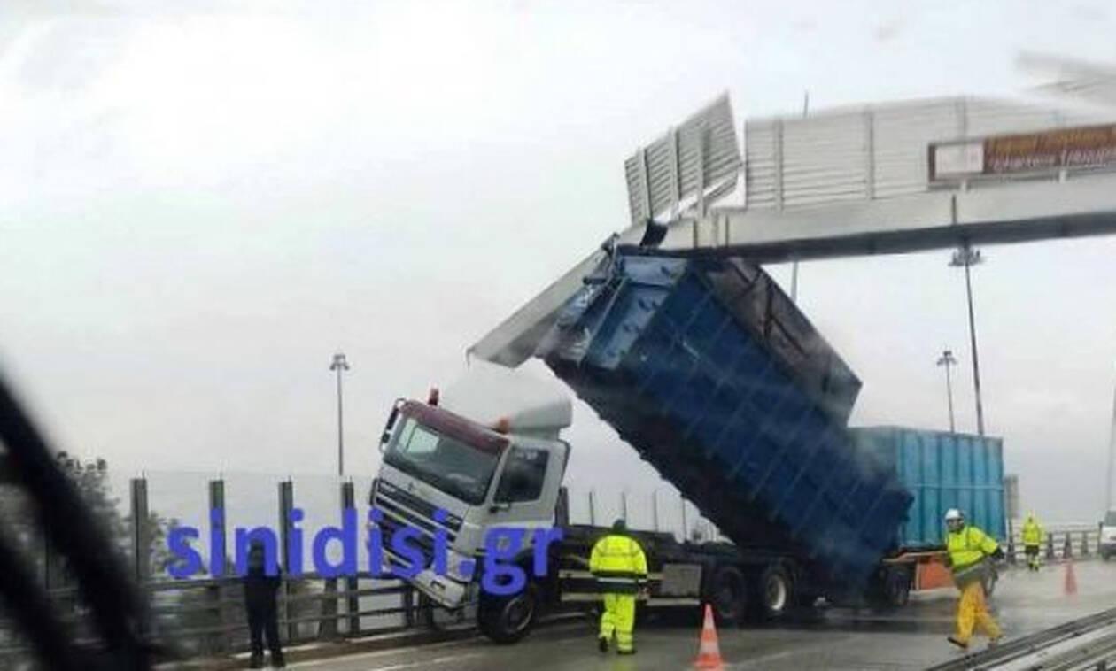 Εικόνες - ΣΟΚ στη γέφυρα Ρίου - Αντιρρίου: Ο αέρας σήκωσε νταλίκα! (pics)