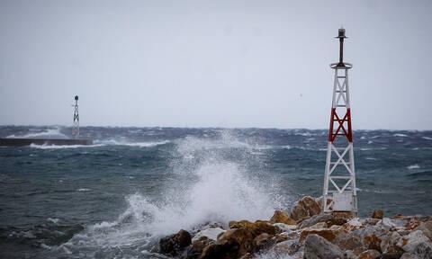 Καιρός: Θυελλώδεις άνεμοι σαρώνουν τη χώρα - Προβλήματα στις ακτοπλοϊκές συγκοινωνίες