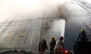 Πύρινη κόλαση στο Μπαγκλαντές: Τουλάχιστον 17 νεκροί από φωτιά σε πολυώροφο κτήριο (pics)