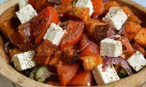 Η δροσερή συνταγή της ημέρας είναι η σαλάτα Panzanella
