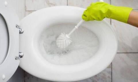 Ρίχνει υγρό σαπούνι πιάτων στην τουαλέτα. Ο λόγος; Θα αλλάξει τα πάντα! (video)