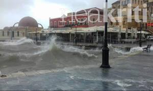 Κρήτη: «Πνίγηκαν» τα Χανιά - Τεράστια κύματα «κατάπιαν» το Ενετικό λιμάνι