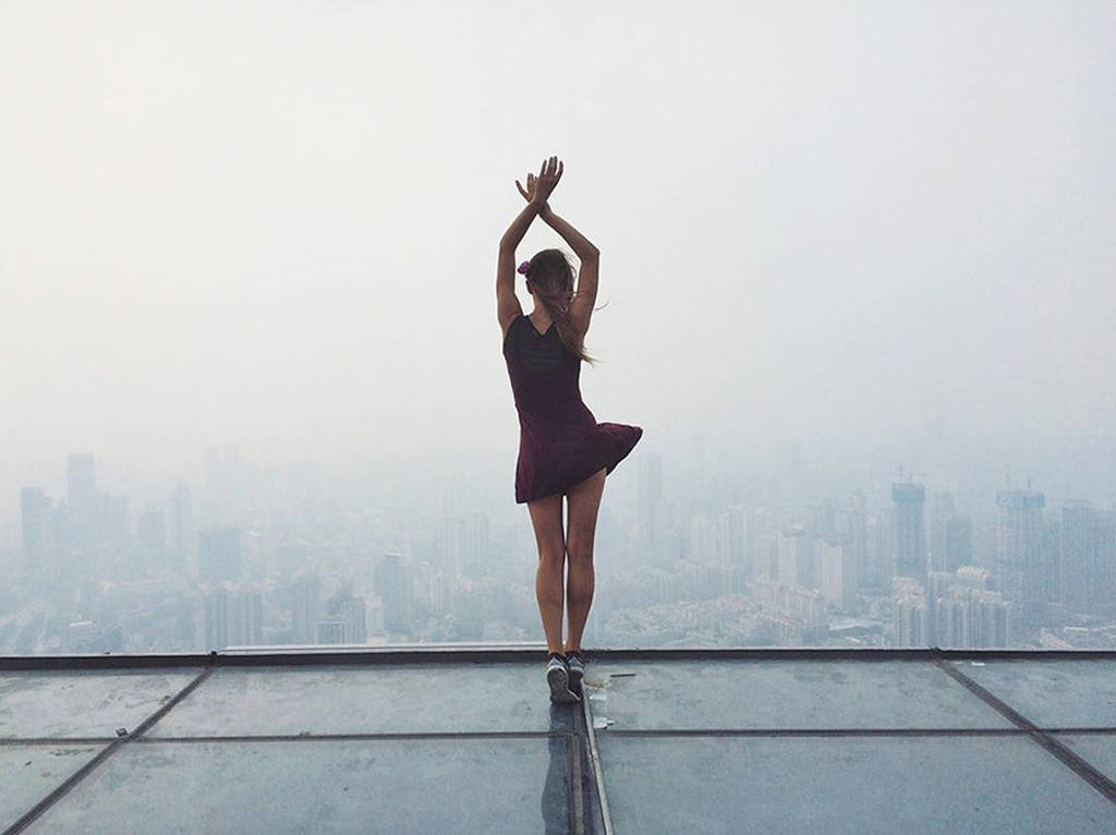 roof-climbing-girl-dangerous-selfies-angela-nikolau-russia-5.jpg