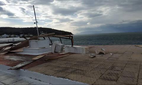 Θυελλώδεις άνεμοι στη Φωκίδα: Εξέδρα σηκώθηκε και γκρέμισε ηρώο