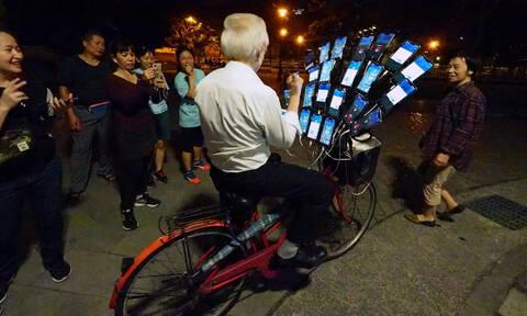 Δεν θα πιστεύετε γιατί αυτό το ποδήλατο έχει ενσωματωμένα 22 κινητά τηλέφωνα! (pics)