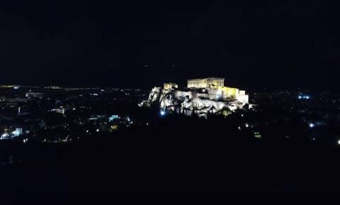 Ώρα της Γης: Η στιγμή όπου η Ακρόπολη «βυθίστηκε» στο σκοτάδι (video)