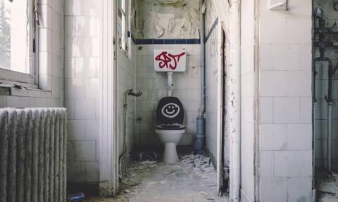 Έπαθε ΣΟΚ: Δείτε τι βρήκε στις τουαλέτες πασίγνωστου μαγαζιού (pics)