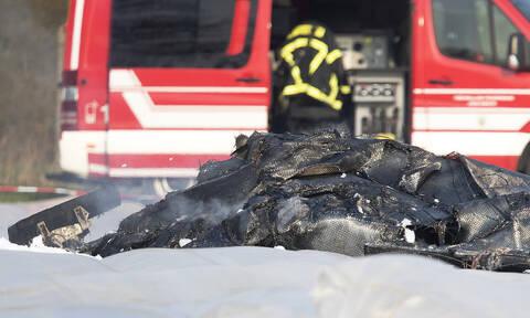 Συντριβή αεροσκάφους στη Γερμανία με τρεις νεκρούς - Έπεσε πάνω σε αυτοκίνητο της αστυνομίας (pics)