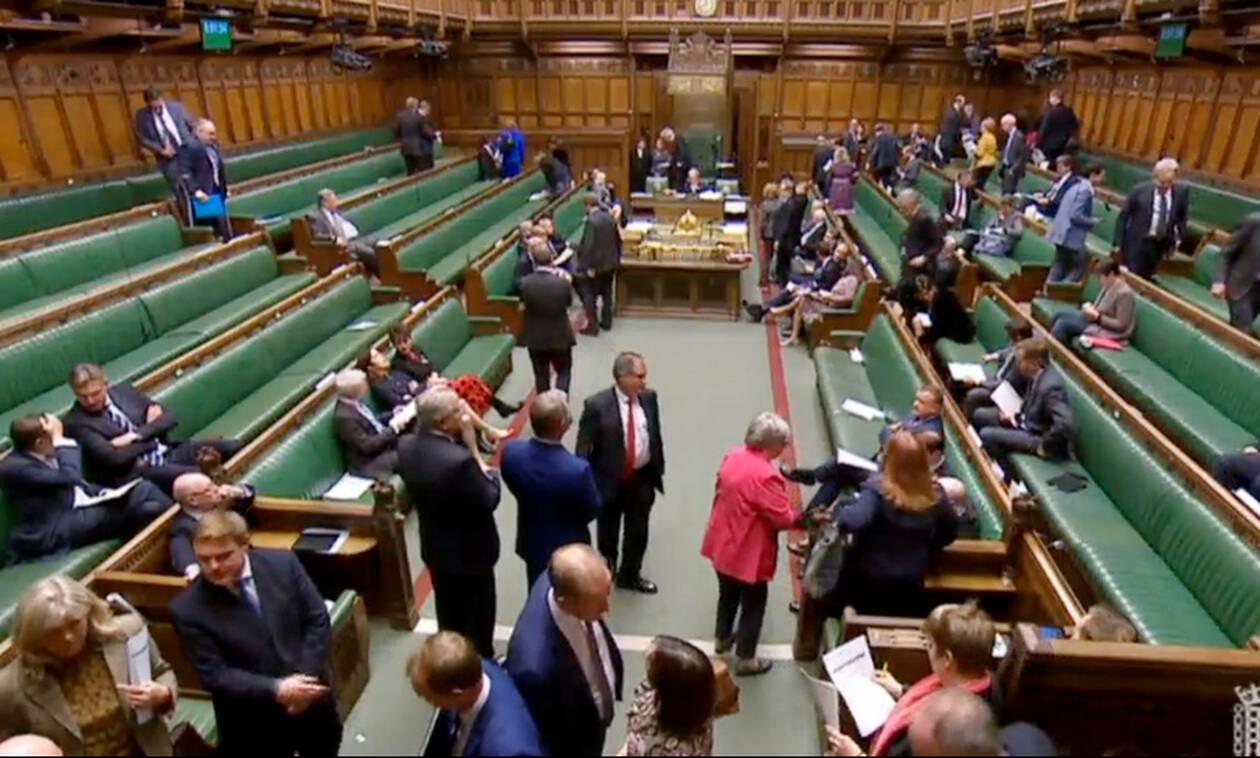 Αναστάτωση στη βρετανική Βουλή: Ημίγυμνοι διαδηλωτές διέκοψαν τη συζήτηση για το Brexit (vid)