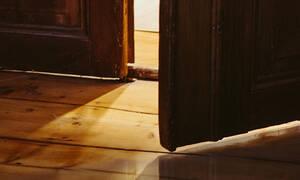 Έπαθαν ΣΟΚ με αυτό που βρήκαν στο πάτωμα του σπιτιού τους - κι όχι άδικα! (pics)