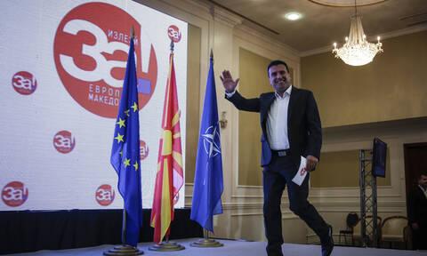 Σκόπια: «Έτρεχαν» να αλλάξουν πινακίδα στο κτήριο της κυβέρνησης πριν από την επίσκεψη Τσίπρα