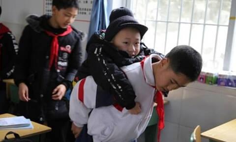 Συγκίνηση: Πηγαινοφέρνει τον φίλο του στο σχολείο επειδή έχει κινητικά προβλήματα!