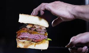 Αυτό το χάμπουργκερ ζυγίζει 3 κιλά! Πόσο θα σας κοστίσει; (pics)