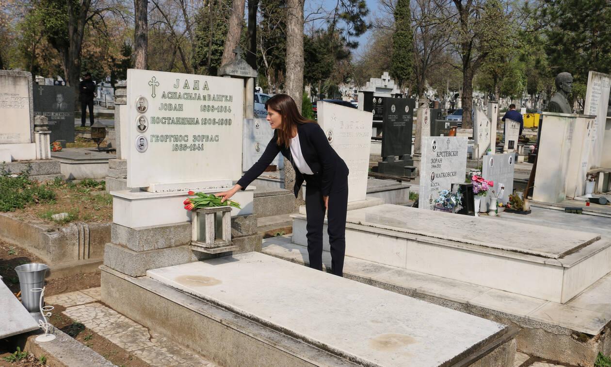 Η Μπέττυ Μπαζιάνα στον τάφο του Αλέξη Ζορμπά στα Σκόπια