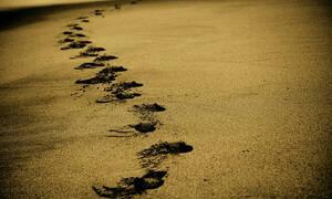 Έκαναν βόλτα στη θάλασσα - «Πάγωσε» το αίμα τους όταν κοίταξαν στην άμμο (pics)