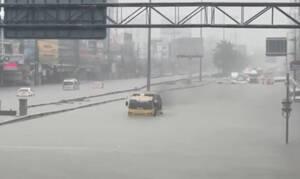 Κακοκαιρία: Όταν οι δρόμοι γίνονται... θάλασσες και τα αυτοκίνητα, υποβρύχια (vid)