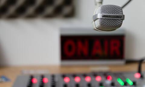 Πανικός σε ραδιοφωνική εκπομπή: Ένοπλοι λήστεψαν on air παρουσιαστές και καλεσμένους (vid)
