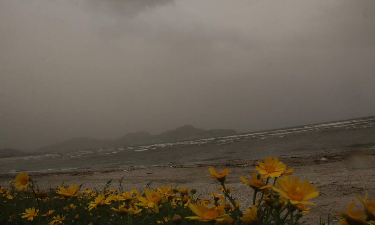 Καιρός τώρα: Αποπνικτική η Παρασκευή με σκόνη και λασποβροχές - Πού θα σημειωθούν καταιγίδες