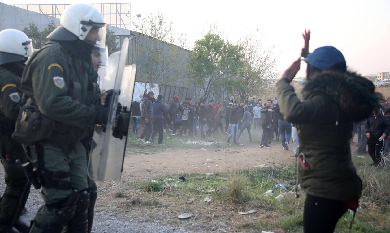 Επεισόδια στα Διαβατά - Πρόσφυγες επιχειρούν να φτάσουν στα σύνορα