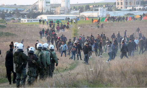 Refugees remain camped outside Diavata refugee facility, threaten to make for border