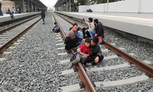 Σταθμός Λαρίσης: Κατάληψη από μετανάστες στις γραμμές - Σταμάτησαν τα δρομολόγια των τρένων (pics)