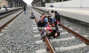 В греческом городе Лариса беженцы блокируют движение поездов