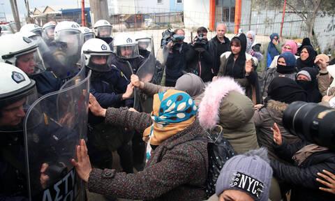 Άγρια επεισόδια στα Διαβατά - Συγκρούσεις αστυνομίας και προσφύγων με χρήση χημικών (pics+vid)