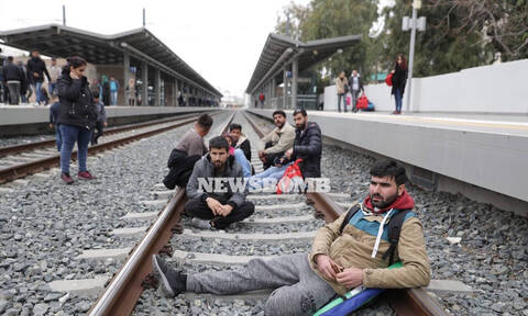ΤΩΡΑ: Αποχωρούν οι πρόσφυγες σταδιακά από το σταθμό Λαρίσης (pic+vids)