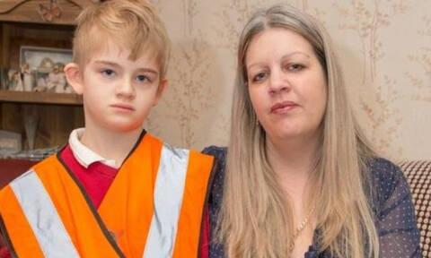 ΝΤΡΟΠΗ: Ανάγκασαν αυτιστικό παιδί να φοράει γιλέκο για να το ξεχωρίζουν στο προαύλιο! (pics)