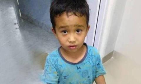 «Ραγίζει» καρδιές η πράξη αυτού του μικρού αγοριού - Η φωτογραφία που «λύγισε» τον πλανήτη