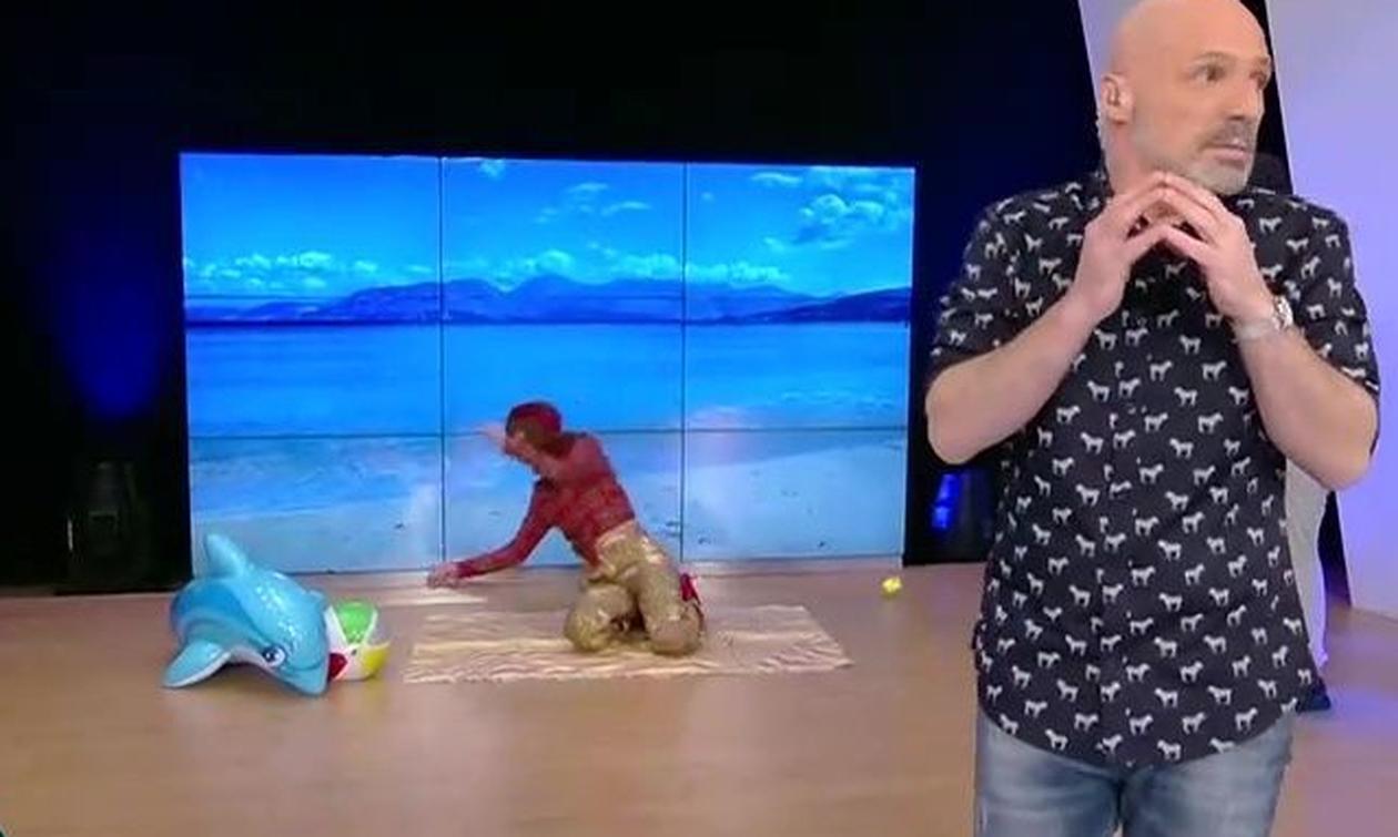 Ο Μουτσινάς, η Μπεκατώρου και οι ρακέτες στην παραλία των γυμνιστών (video)