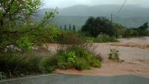 Καιρός: Εγκλωβισμένοι άνθρωποι στην Κρήτη - Ανέβηκαν στην ταράτσα για να σωθούν από την πλημμύρα
