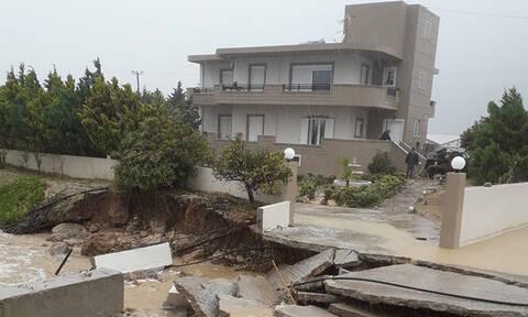 Στο έλεος της κακοκαιρίας η Κρήτη: Κινδύνευσαν άνθρωποι - Με βάρκες η μετακίνηση στο Λασίθι (vids)