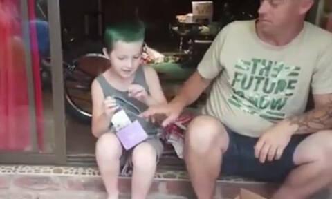 Συγκίνηση! 10χρονος βλέπει για πρώτη φορά χρώματα και «λυγίζει» το ίντερνετ (pics+vid)