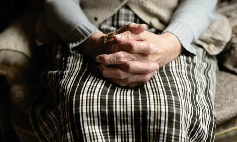 Μετά τη γιαγιά με τα παντοφλάκια, χειροπέδες και σε 80χρονη που πουλούσε χόρτα χωρίς άδεια