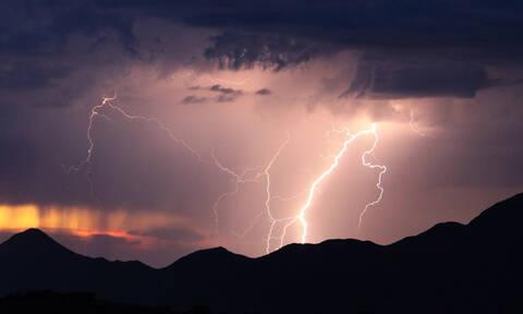 Καιρός - H άνοιξη αγνοείται: Συνεχίζονται και την Τρίτη οι βροχές - Πού θα εκδηλωθούν καταιγίδες